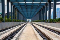 Railï ¼运行在tracksï ¼ ‰的ˆA公共汽车 免版税库存图片