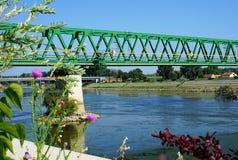 Rail bron över floden Drava i den kroatiska staden Osijek, sikt från kusten Royaltyfria Foton