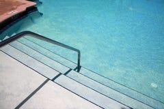 Rail d'étapes et de guide de piscine menant pour arroser photos stock