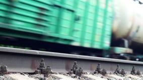 Rail de chemin de fer et un train passant sur le fond banque de vidéos