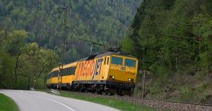 Rail den fastställda bäraren RegioJet som heading till Ä-½ubochňaen royaltyfria bilder