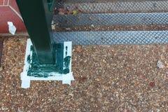 Rail fraîchement peint droit avec le masquage de bande paerforée sur la terre par un escalier Images stock