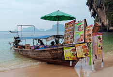 Railay海滩的小船餐馆 图库摄影