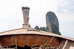 Railay海滩(Krabi,泰国) 由小船做的图片 免版税库存照片