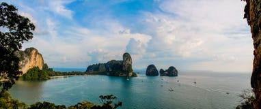 Railay и тонна Sai приставают башню к берегу образования известковой скалы в заливе в Krabi, Таиланде Стоковое Изображение RF