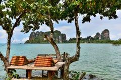 放松在Railay海滩的长沙发在泰国 免版税库存照片