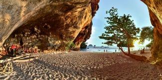 Railay, het strand van Phra Nang en houten fallussen in Prinseshol Royalty-vrije Stock Foto