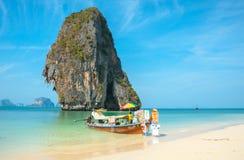 RAILAY, TAILANDIA - 19 DE MARZO DE 2014: Cola larga mercantil turística Imágenes de archivo libres de regalías