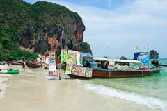 RAILAY, THAILAND - mag, 2016: Boot van de toeristen de koopvaardij lange staart op tropisch pranangstrand met kalksteenrots Raila stock afbeeldingen