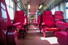 Railcar mit roten Sitzen Stockfotografie