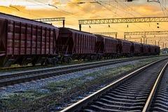 Railcar voor droge lading tijdens mooie zonsondergang en kleurrijke hemel, spoorweginfrastructuur, vervoer en industrieel concept royalty-vrije stock fotografie