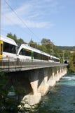 Railcars électriques sur la passerelle au-dessus du fleuve le Rhin. Images stock