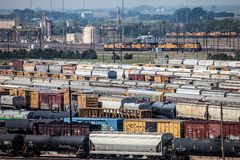Railcars auf Bahnen Stockfotos