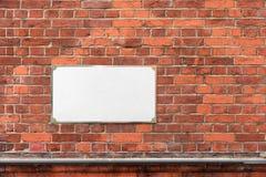 Raillez avec l'adresse blanche vide vide se connectent le mur de briques photographie stock libre de droits