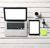 Raillez avec le PC de comprimé, l'ordinateur portable et les notes collantes photos stock