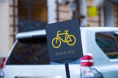 Raillez dans la rue dans le parking de voiture-propriétaires Photos stock