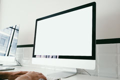Raillez de l'espace de travail avec l'ordinateur générique de conception Image stock