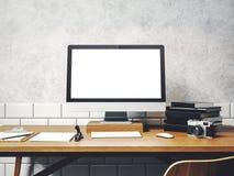 Raillez de l'ordinateur générique de conception sur la table Espace de travail en Th Photo libre de droits