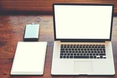 Raillez des dispositifs de technologie avec l'écran vide de l'espace de copie pour votre message textuel ou contenu de publicité Image libre de droits
