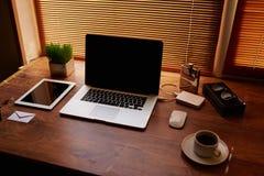 Raillez du bureau d'indépendant avec des accessoires et travaillez les outils, l'ordinateur portable et le comprimé numérique ave Images libres de droits