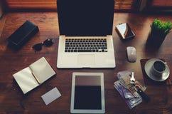 Raillez du bureau d'indépendant avec les accessoires de luxe et travaillez les outils, tasse de café, lunettes de soleil, bloc-no Photos stock