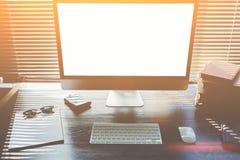 Raillez du bureau de bureau avec des accessoires et travaillez les outils Photos stock