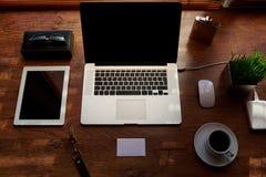 Raillez du bureau de bureau avec des accessoires et travaillez les outils, ordinateur portable portatif d'écran vide Photo stock