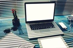 Raillez du bureau ou du bureau à la maison avec des accessoires et travaillez les outils, ordinateur de PC avec l'écran vide de l Image libre de droits
