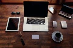 Raillez du bureau ou du bureau à la maison avec des instruments et travaillez les outils, ordinateur portable portatif d'écran vi Images libres de droits