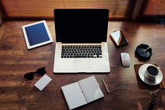 Raillez du lieu de travail de bureau de hippie avec les accessoires de luxe et travaillez les outils, tasse de café, lunettes de  Image stock