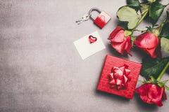 Raillez pour saluer pour le jour de mères, l'anniversaire ou le jour de valentines Boîte-cadeau rouge, ruban, groupe de roses, li Photo stock