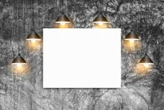 Raillez vers le haut de l'affiche avec le mur de briques de blanc de lampes de plafond Images libres de droits