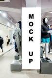 Raillez vers le haut de l'enseigne verticale au magasin d'habillement Images stock