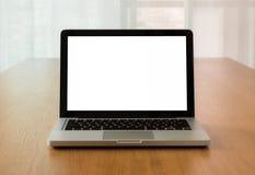 Raillez vers le haut de l'ordinateur portable avec l'écran d'isolat sur le bureau Photographie stock libre de droits