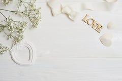 Raillez vers le haut de la composition du style rustique de fleurs blanches, les coeurs aiment et un cadeau pour le jour du ` s d Photo stock