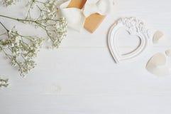 Raillez vers le haut de la composition du style rustique de fleurs blanches, les coeurs aiment et un cadeau pour le jour du ` s d Photo libre de droits