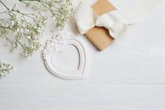 Raillez vers le haut de la composition du style rustique de fleurs blanches, les coeurs aiment et un cadeau pour le jour du ` s d Photos libres de droits