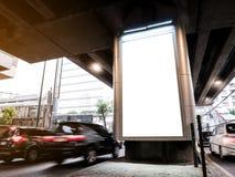 Raillez vers le haut de la rue extérieure de caisson lumineux de media de panneau d'affichage avec la route et le c photo stock
