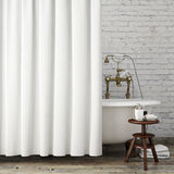 Raillez vers le haut de la salle de bains de hippie de vintage avec les rideaux blancs, fond intérieur, Photographie stock libre de droits