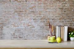 Raillez vers le haut du bureau confortable d'espace de travail et copiez l'espace Images stock