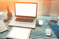 Raillez vers le haut du bureau de bureau avec des accessoires et travaillez les outils Photos stock