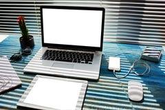 Raillez vers le haut du bureau de bureau avec des accessoires et travaillez les outils, l'ordinateur portable d'écran vide, le té Images stock