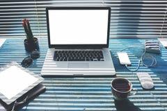 Raillez vers le haut du bureau moderne avec les outils de travail, l'ordinateur portable d'écran vide et le comprimé numérique, s Photo libre de droits