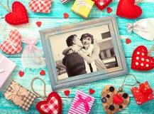 Raillez vers le haut du cadre de calibre pour la Saint-Valentin avec des formes de coeur Jeunes couples heureux dans le cadre de  Photographie stock