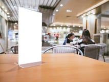 Raillez vers le haut du cadre de menu sur le fond de café de restaurant de barre de Tableau Photographie stock