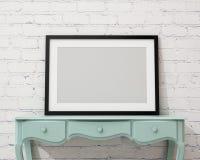 Raillez vers le haut du cadre de tableau noir vide sur le bureau et le mur blancs, fond Photo stock