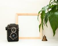Raillez vers le haut du cadre en bois, de la vieille caméra, de l'usine et de la cloche de cuivre Maquette carrée à la maison  photos libres de droits
