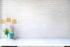 Raillez vers le haut du décor à la maison moderne avec des approvisionnements, plante d'intérieur d'outils de métier Images stock