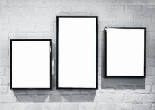 Raillez vers le haut du deisgn de cadre de caisson lumineux sur le mur de briques blanc Photographie stock libre de droits