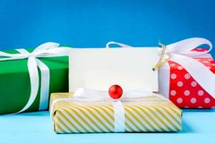 raillez vers le haut du label et des boîte-cadeau blancs des textes sur la table en bois Image stock
